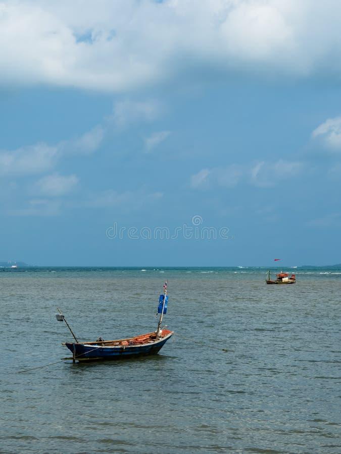 在海滩停放的渔夫小渔船  免版税库存照片