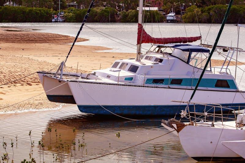 在海滩停泊的小船 库存图片