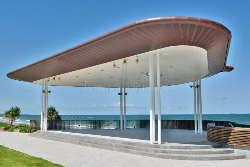 在海滩前面的公开阶段大厦在Yeppoon, QLD 库存图片