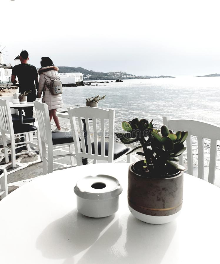 在海滩前面的浪漫漫步在希腊 免版税库存图片