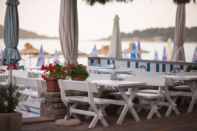 在海滩前面的餐馆大阳台,在Fira,圣托里尼海岛,希腊 库存照片