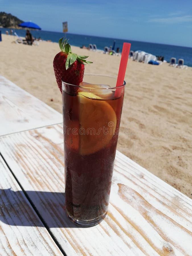 在海滩古巴Libre的饮料 库存照片