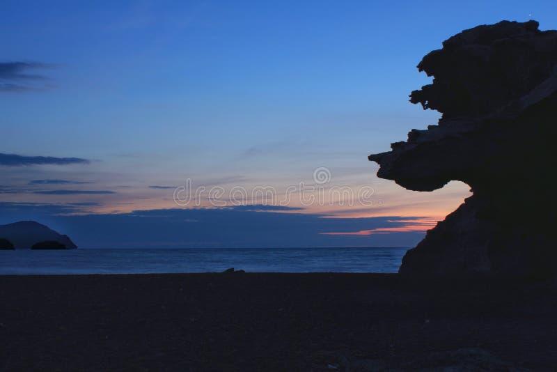 在海滩和化石沙丘剪影的日出 免版税库存照片