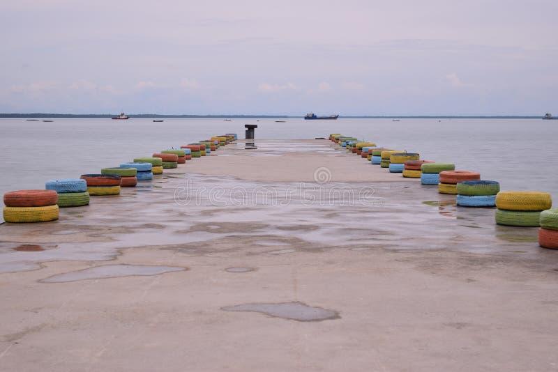 在海滩和小船的桥梁在海滩 图库摄影