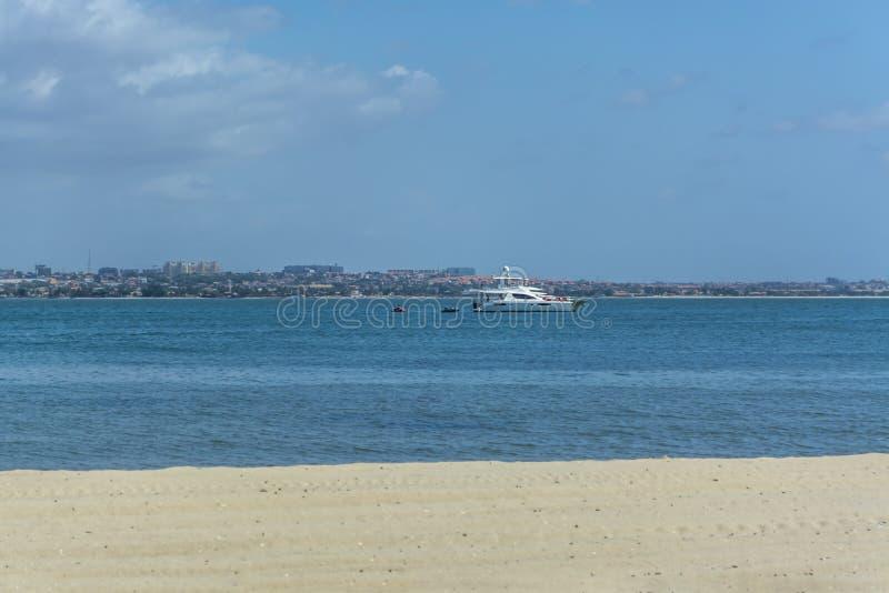 在海滩和小船的看法在水,在Mussulo海岛上 库存图片