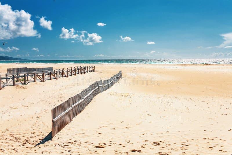 在海滩和海洋的美丽的景色 图库摄影