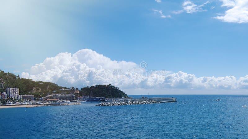 在海滩和海的惊人的看法 布拉内斯,肋前缘Brava,卡塔龙尼亚,西班牙 免版税库存图片