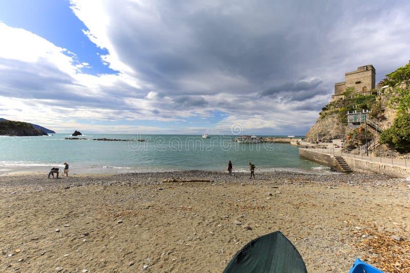 在海滩和海,在天空,Monterosso,五乡地,意大利的云彩的看法 库存照片