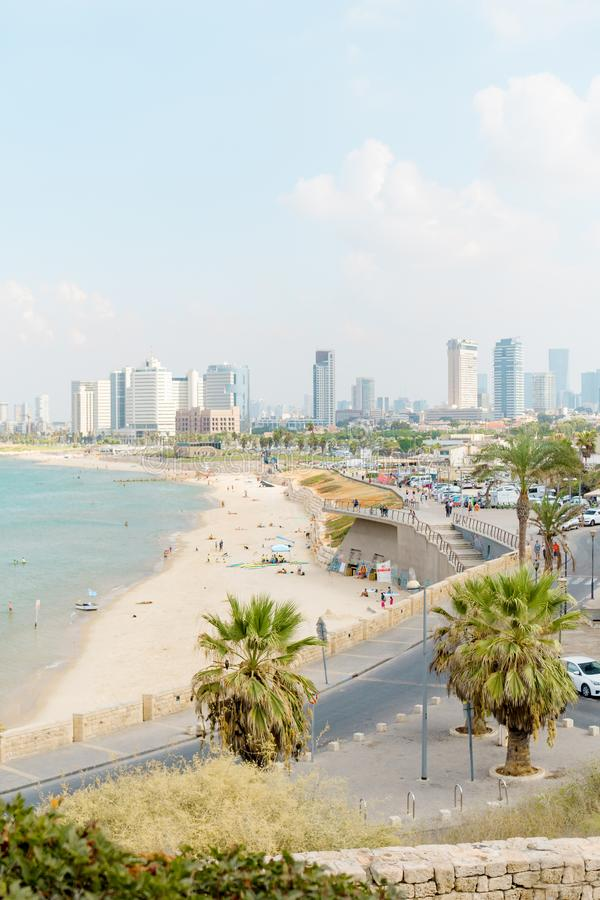 在海滩和都市城市特拉唯夫的Viev 夏天海岸线 免版税库存照片