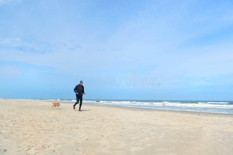 在海滩奔跑的老头 图库摄影