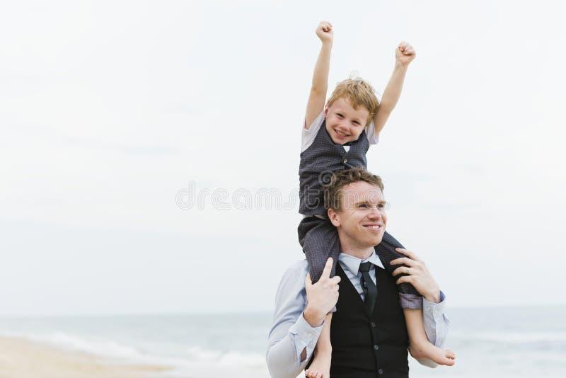 在海滩婚礼仪式的快乐的家庭 库存照片