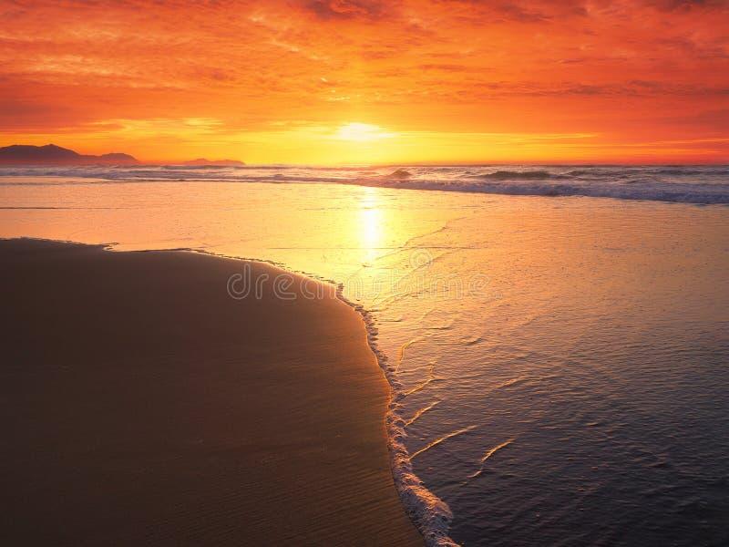 在海滩岸的美好的日落在夏天 库存照片