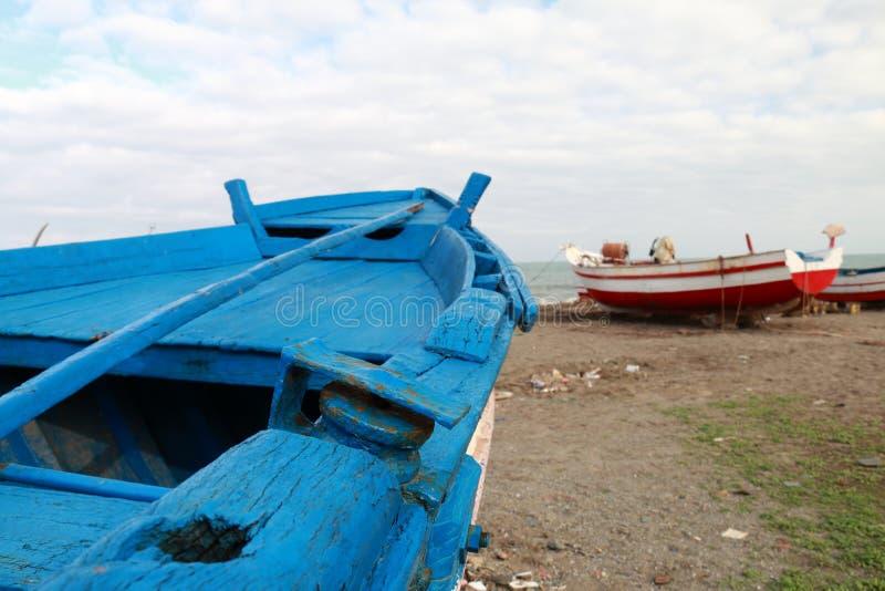 在海滩搁浅的渔船 图库摄影