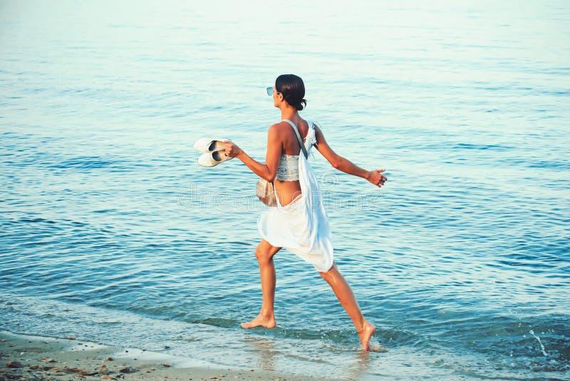 在海滩时尚泳装的女孩奔跑 暑假和旅行向海洋 时尚和秀丽神色 马尔代夫或迈阿密 免版税库存照片