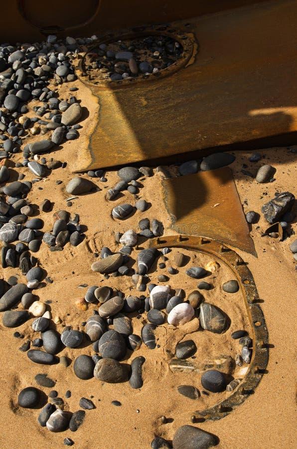 在海滩沙子埋没的被击毁的小船舱口盖 免版税图库摄影