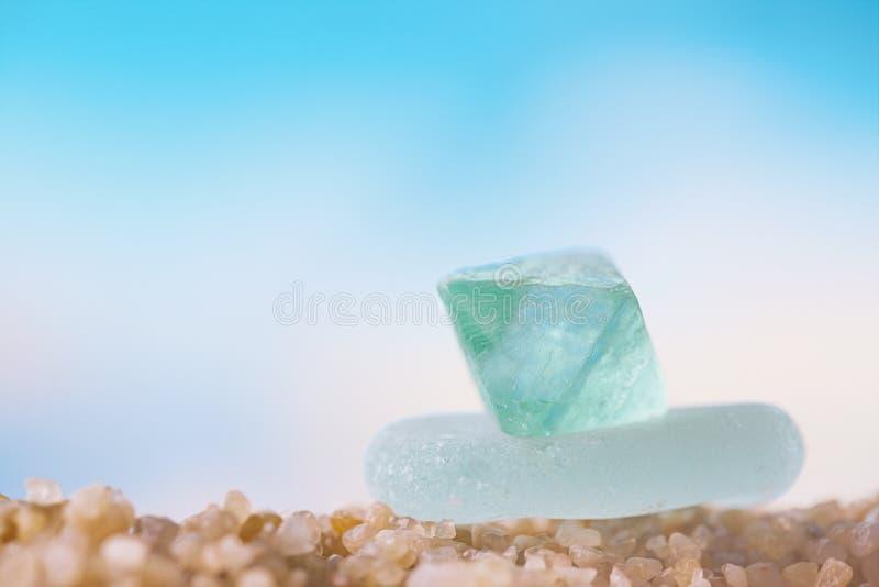 在海滩沙子的海玻璃塔 免版税库存图片