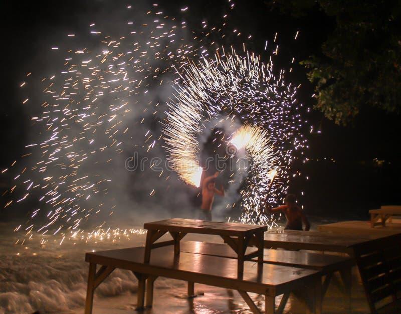 在海滩海岛泰国晚餐时间的烟花展示 免版税库存图片