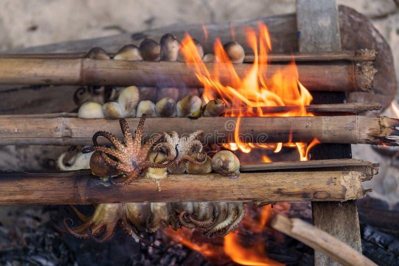 在海滩烤的乌贼 烹调样式的本地区域的渔夫 库存图片