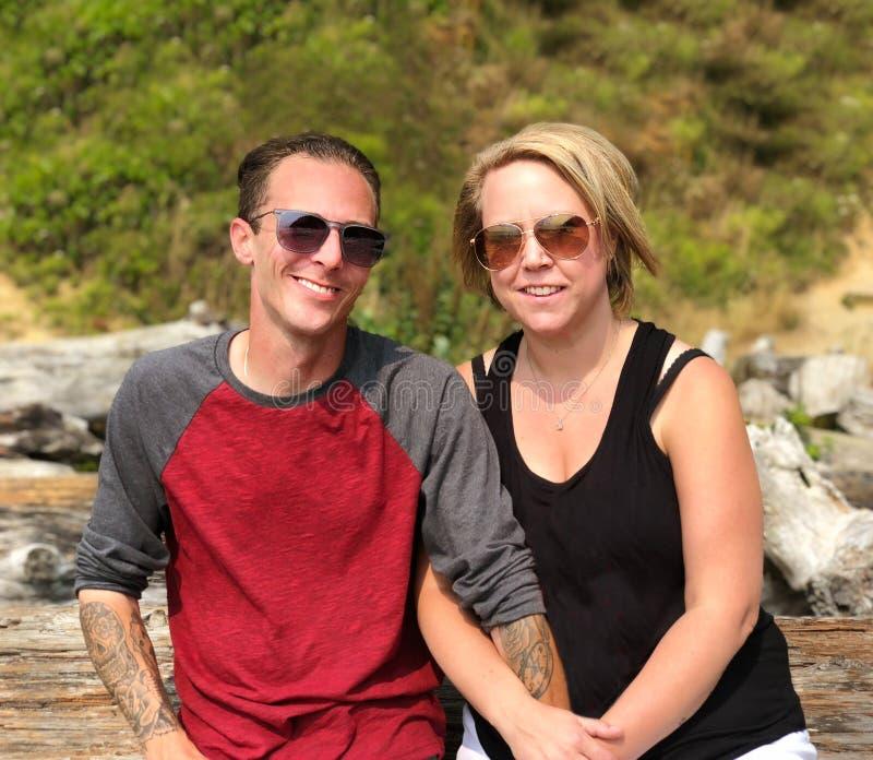 在海滩特写镜头微笑的夫妇 免版税库存照片