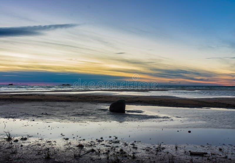 在海滩的一块唯一石头 免版税库存照片