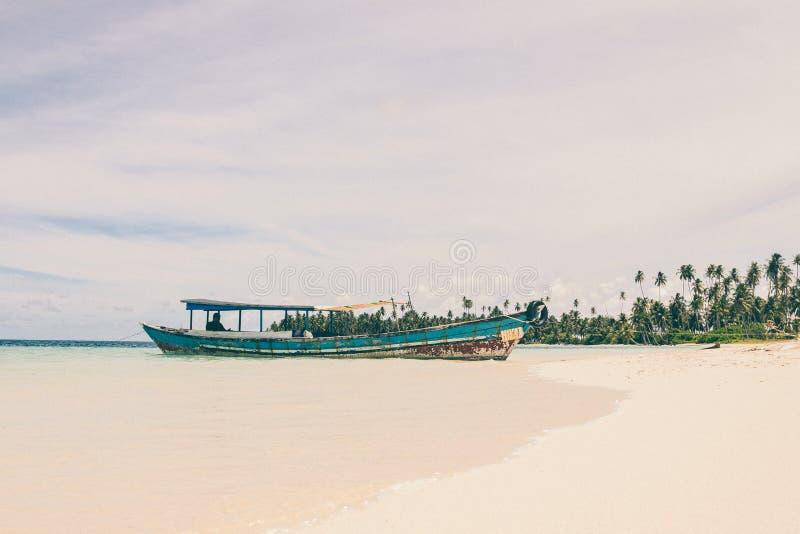 在海滩的一条小船 免版税图库摄影