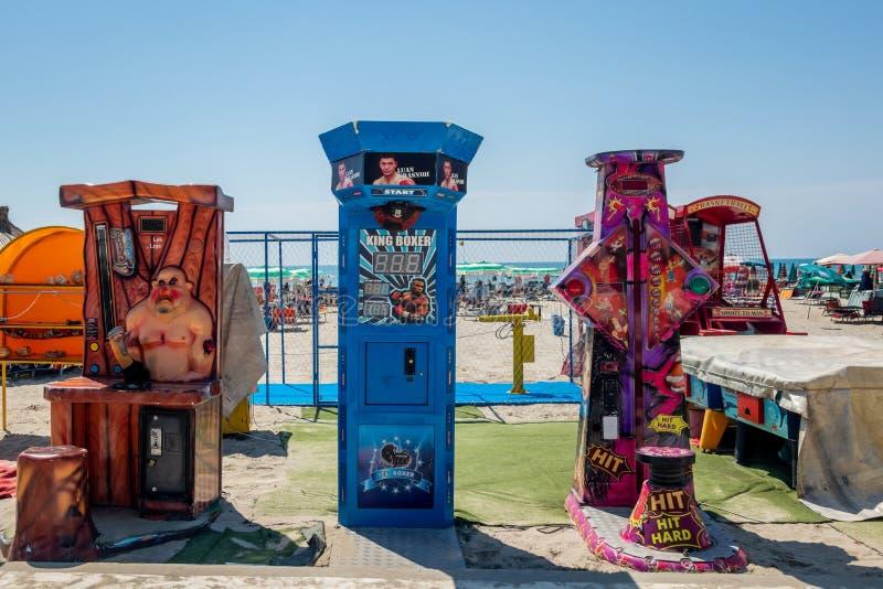 在海滩的三台游乐园力量测试机 图库摄影