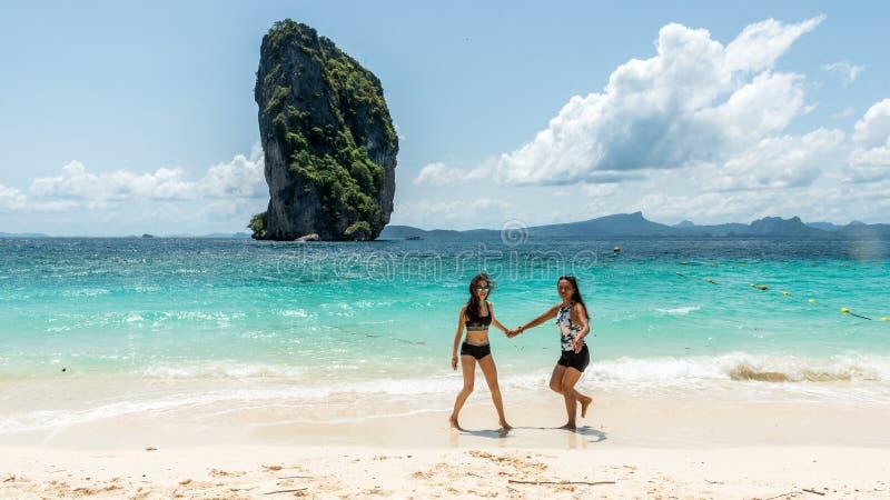 在海滩的两名妇女跳舞 免版税图库摄影