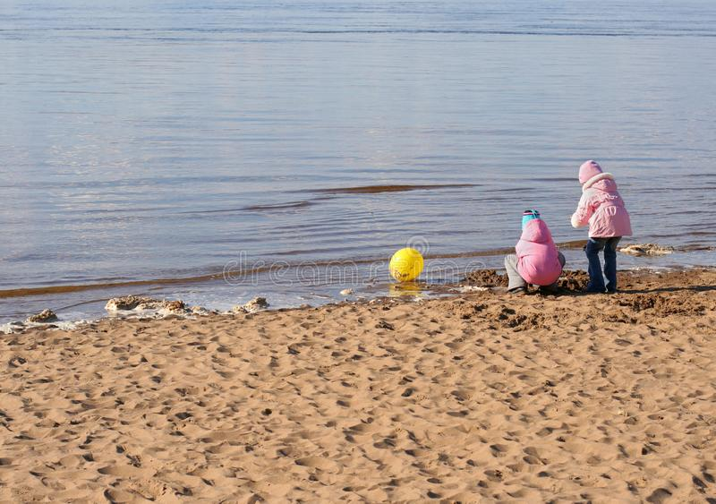 在海滩的二个女孩作用