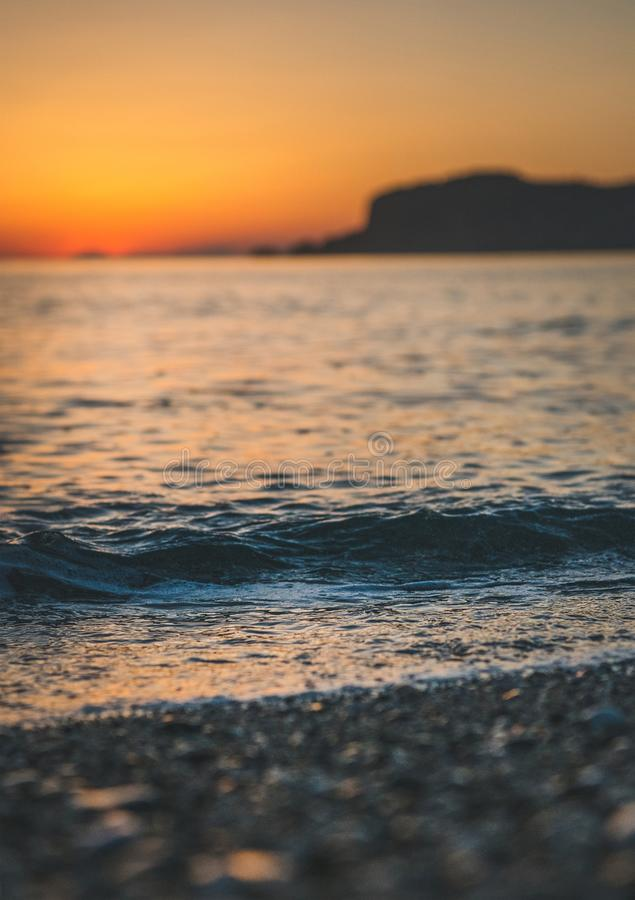 在海滩的五颜六色的日落在阿拉尼亚,土耳其 免版税库存照片