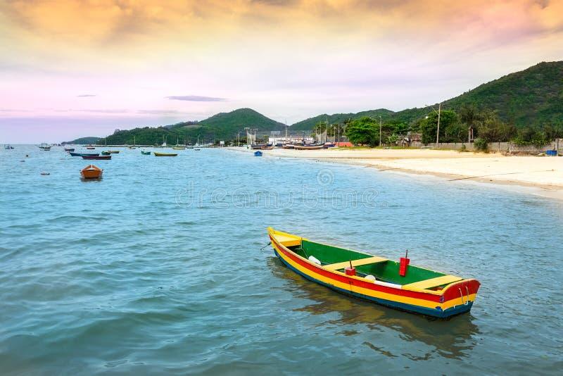 在海滩的五颜六色的木渔船在波尔图贝洛 免版税库存图片