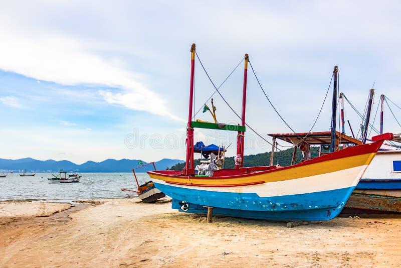 在海滩的五颜六色的木渔船在波尔图贝洛 库存图片