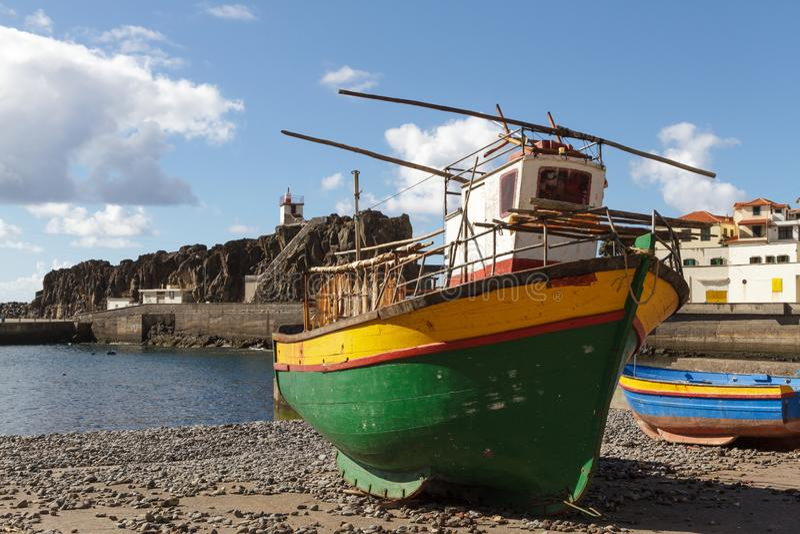 在海滩的五颜六色的木渔船 库存照片