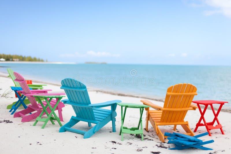 在海滩的五颜六色的椅子 免版税库存图片