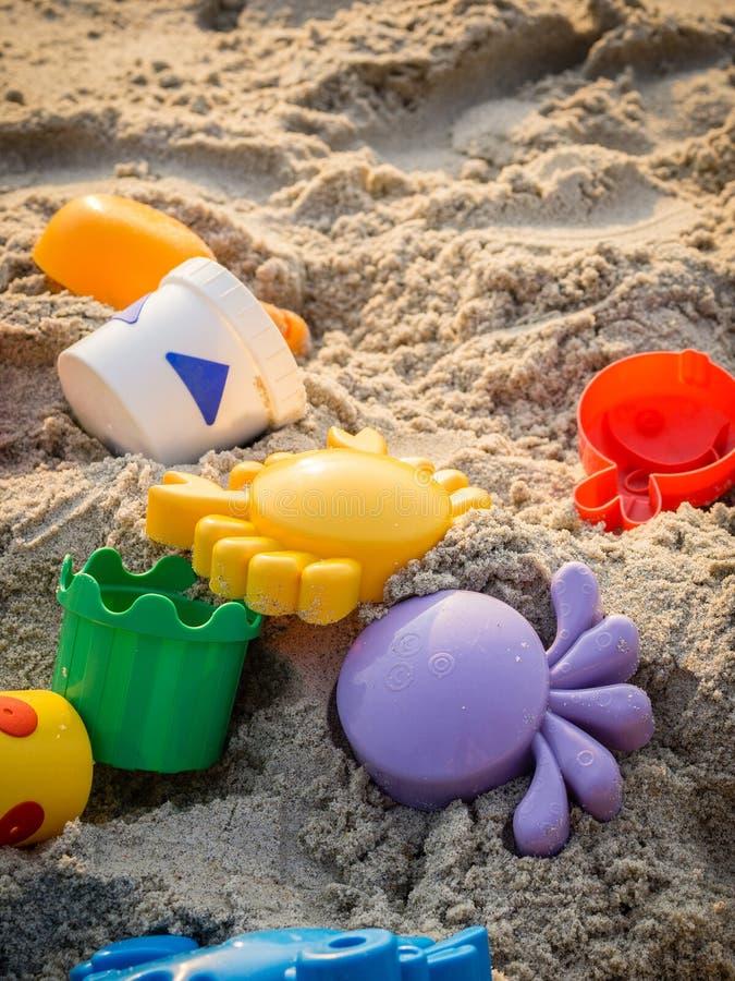 在海滩的五颜六色的海滩玩具 图库摄影