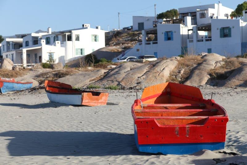 在海滩的五颜六色的渔船在Paternoster,南非的西海岸的小渔村西开普省的 库存照片