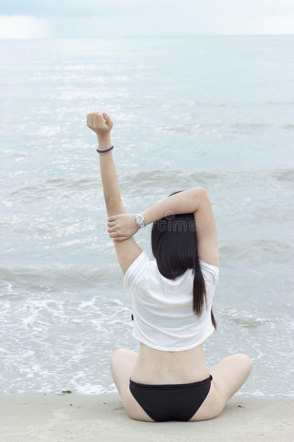 在海滩的亚洲比基尼泳装模型姿势 免版税图库摄影