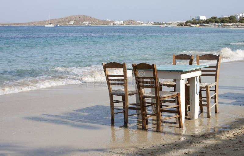 在海滩的传统希腊桌 免版税库存照片