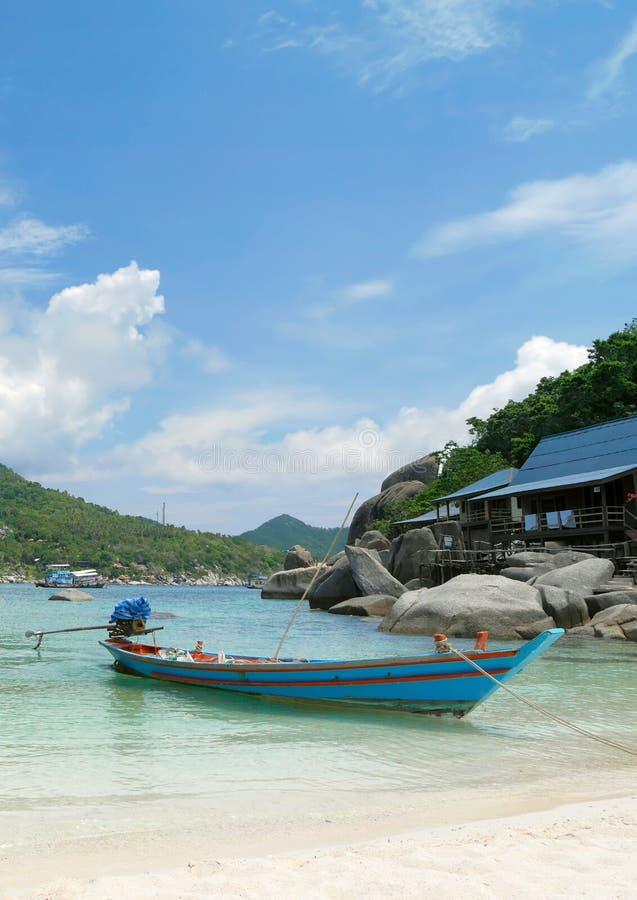 在海滩的传统泰国小船 免版税库存图片