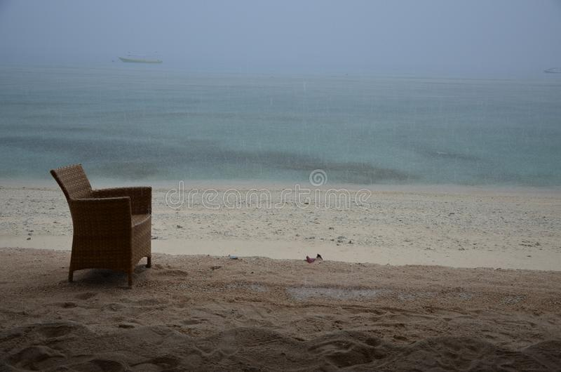 在海滩的偏僻的椅子 免版税库存照片