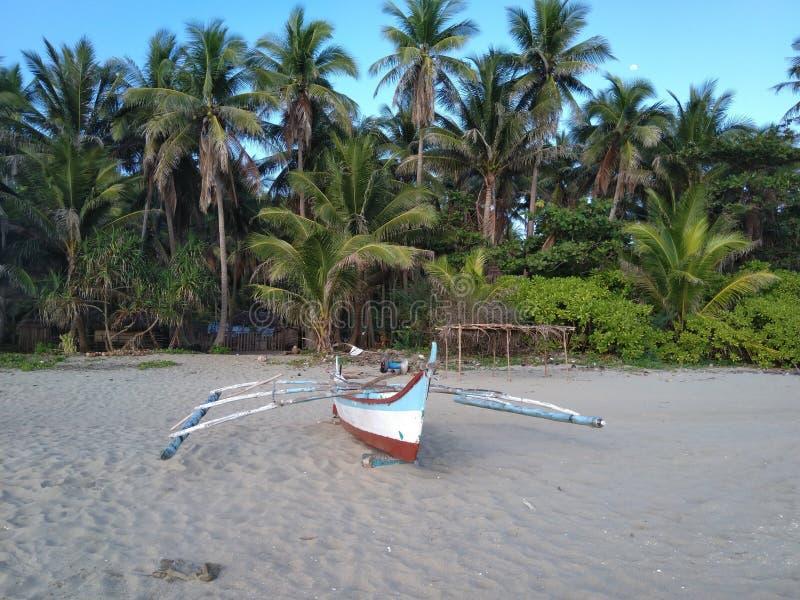 在海滩的停放的小船 库存照片