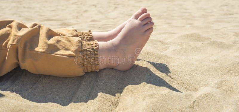 在海滩的光秃的儿童的脚 r 库存照片