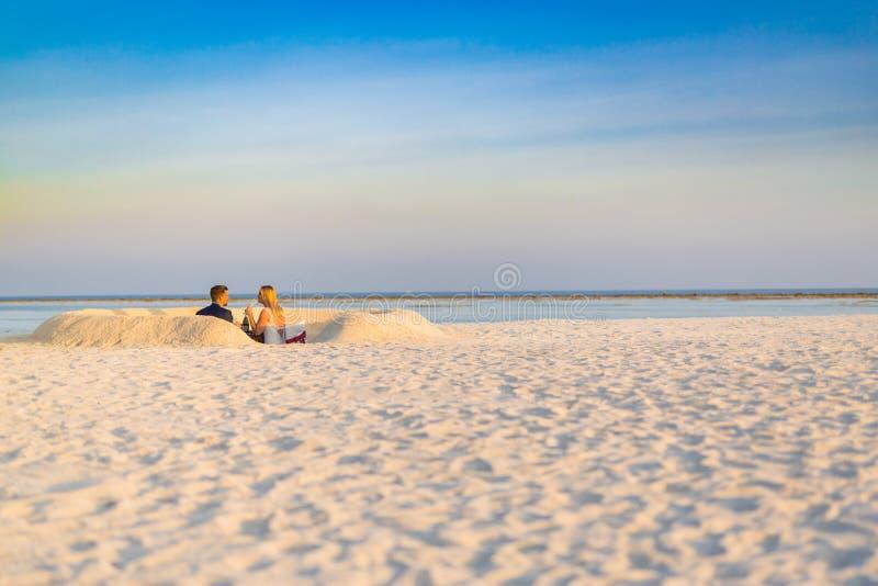 在海滩的典雅的婚礼背景在日落颜色 免版税图库摄影