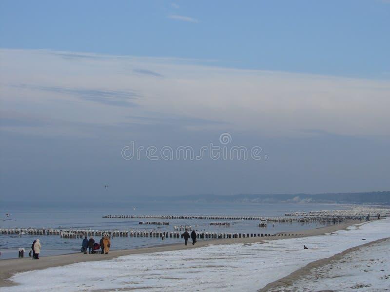 在海滩的冬天晴天在乌斯特卡市波兰 免版税库存照片