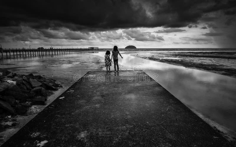 在海滩的剧烈的风雨如磐的云彩 免版税库存照片