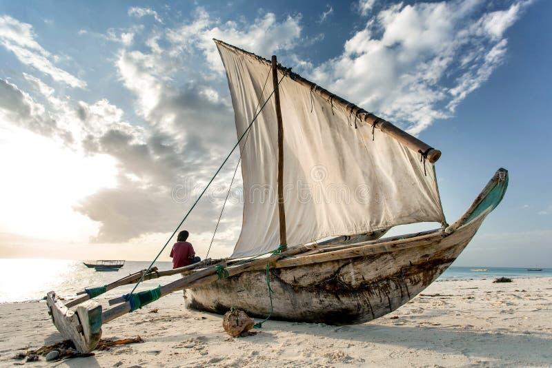 在海滩的单桅三角帆船在桑给巴尔岛,坦桑尼亚 图库摄影