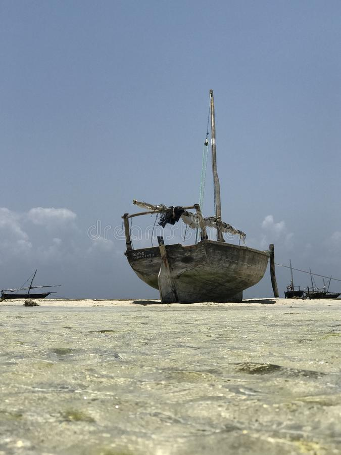 在海滩的单桅三角帆船桑给巴尔 库存照片