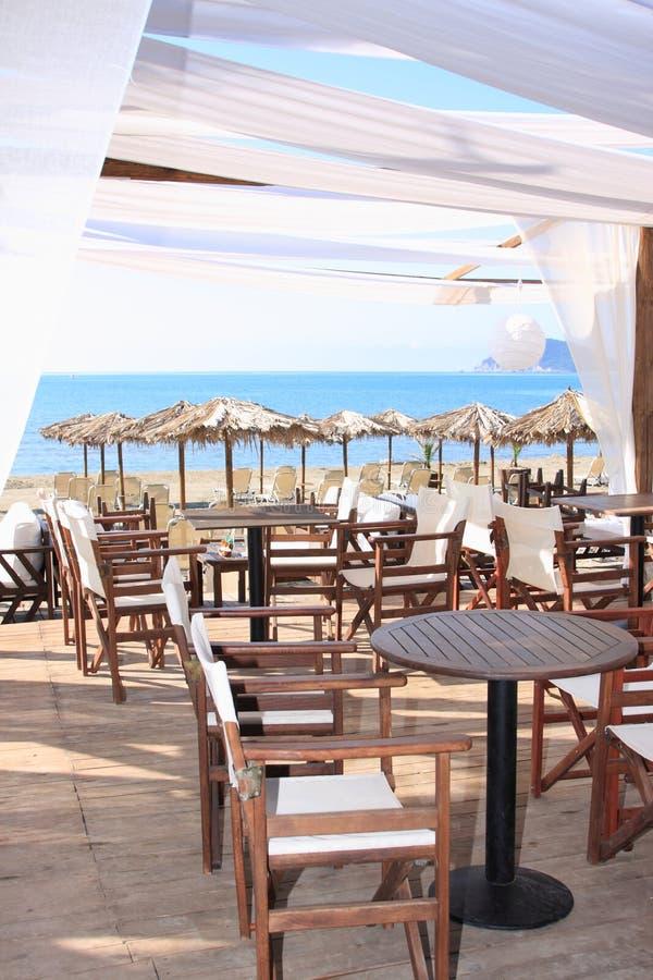 Download 在海滩的咖啡馆 库存照片. 图片 包括有 弯脚的, 旅途, 海岸线, 烤肉, 家具, 海岛, 背包, 夫妇 - 15697170