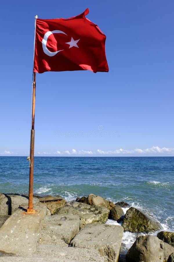 在海滩的土耳其旗子 免版税库存图片