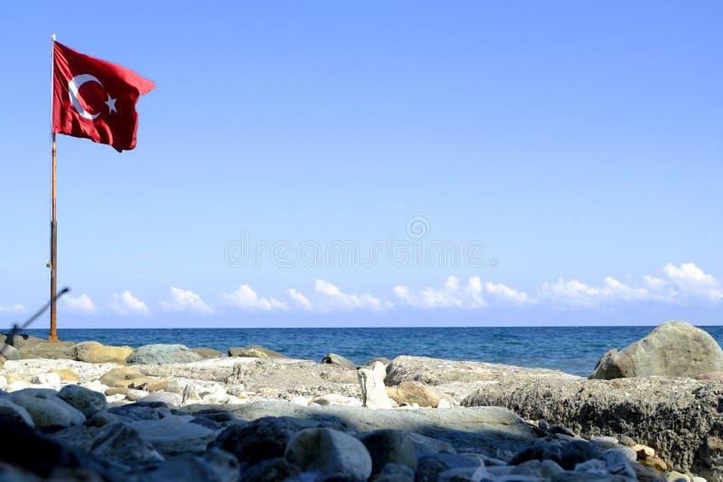 在海滩的土耳其旗子 库存图片