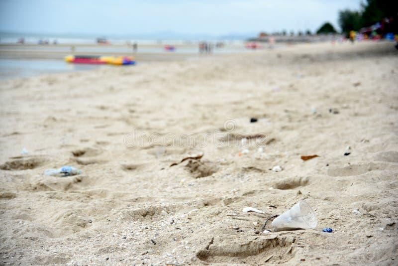 在海滩的塑料垃圾 概念环境污染和生态的世界问题 海滩垃圾 免版税库存图片